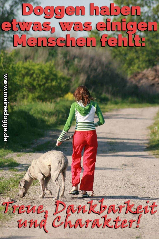 Eine Frau läuft mit ihr Dogge