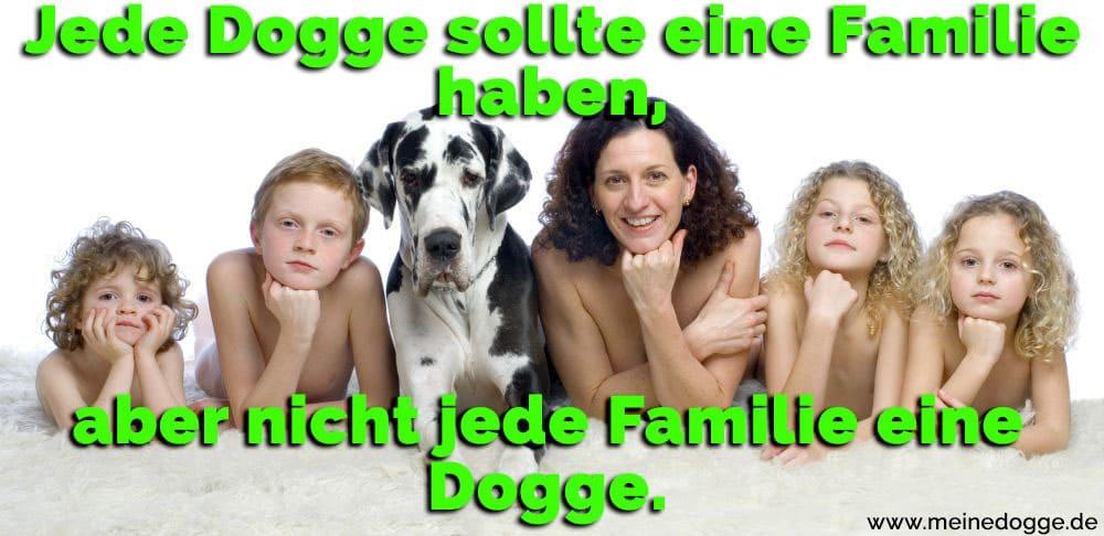 Eine Familie mit ihre Dogge